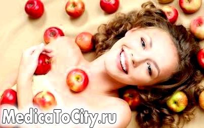 Фото - Останнім часом все частіше дівчата використовують яблучний оцет від вугрів і прищів.