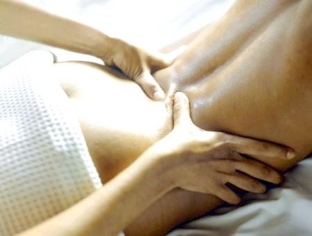 Фото - масаж попереково-крижового відділу хребта