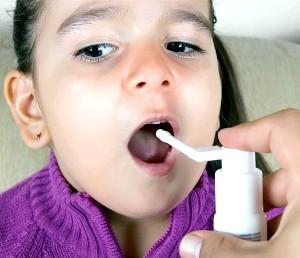 Фото - Процедура впорскування спрею в горло дитини