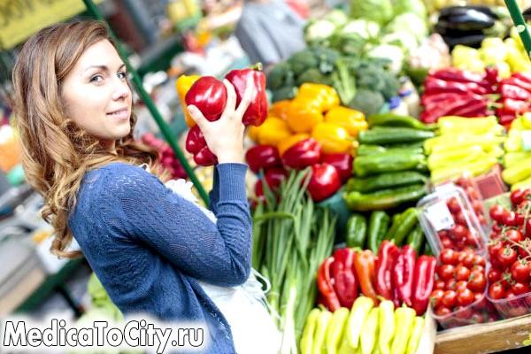 Фото - Дівчина купує овочі