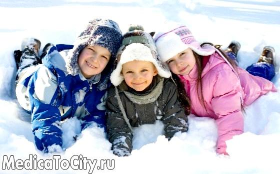 Фото - Діти грають на снігу