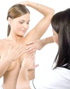 Фото - Лікар пальпує молочні залози
