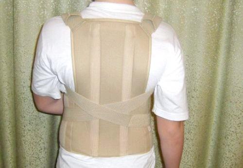 Фото - на фотографії знятий коректор постави, використовуваний при лікуванні сколіозу