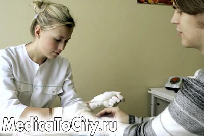 Фото - процес вилучення крові з пальця