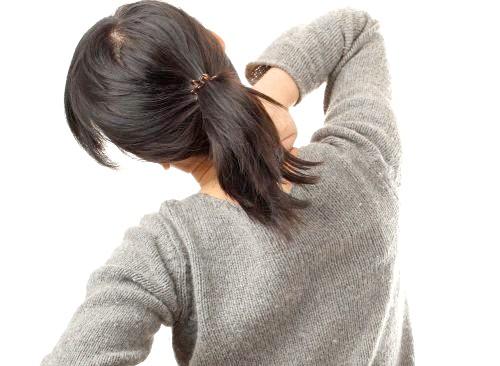 Фото - симптоми шийного сколіозу виявляються хворобливістю і стомлюваністю