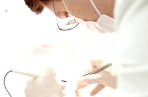 Фото - Фото лікаря в процесі процедури лазерного видалення кондиломи у жінки