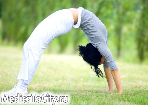 Фото - Дквушка займається гімнастикою