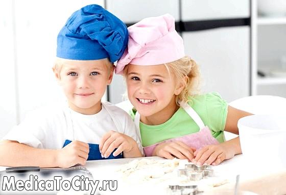 Фото - Діти готують на кухні