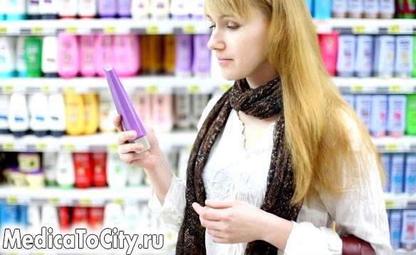 Фото - Дівчина вибирає шампунь