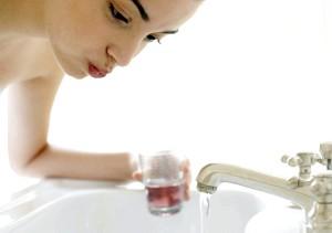 Фото - Полоскання горла розчином антисептика